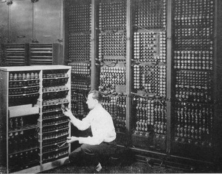 Figura 6. Një inxhinier duke ndërruar njërin nga 19,000 gypat katodik ne kompjuterin ENIAC (State of the Line, 2008)