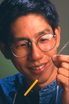 Figura 3. Dr. Chuang duke mbajtur ampulën (IBM, 2001)