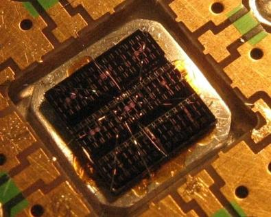Figura 4. Çipi i kompjuterit kuantik me madhësi 5 mm2 (Next Big Future, 2006)